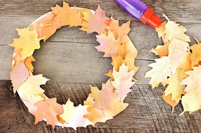 Herbstkranz selber machen, Herbstblätter aus Papier schneiden und mit Wasserfarben bemalen