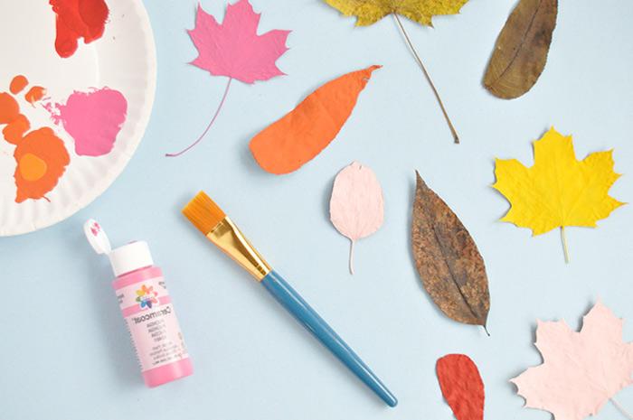 Herbstblätter mit Acrylfarben bestreichen, basteln mit Kindern im Herbst, einfache DIY Ideen