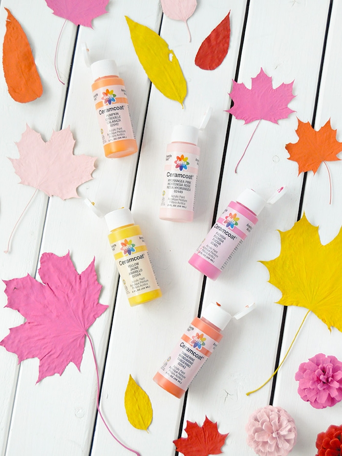 Blätter und Zapfen mit Acrylfarben bunt bemalen, Anleitung für DIY Herbstdekoration