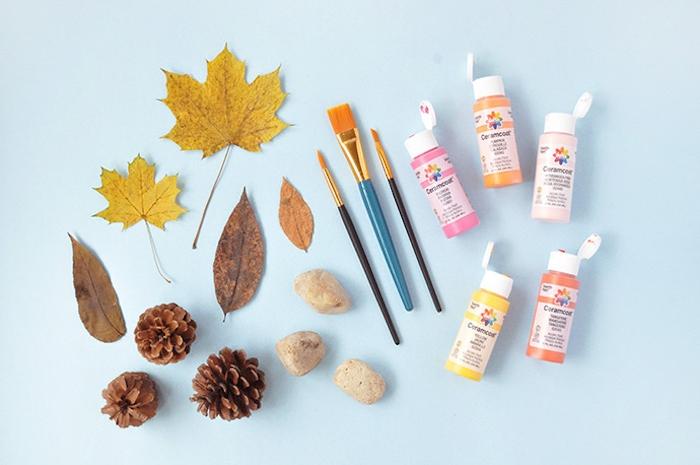 Materialien für DIY herbstliches Projekt, Herbstblätter und Zapfen, Acrylfarben und Pinsel