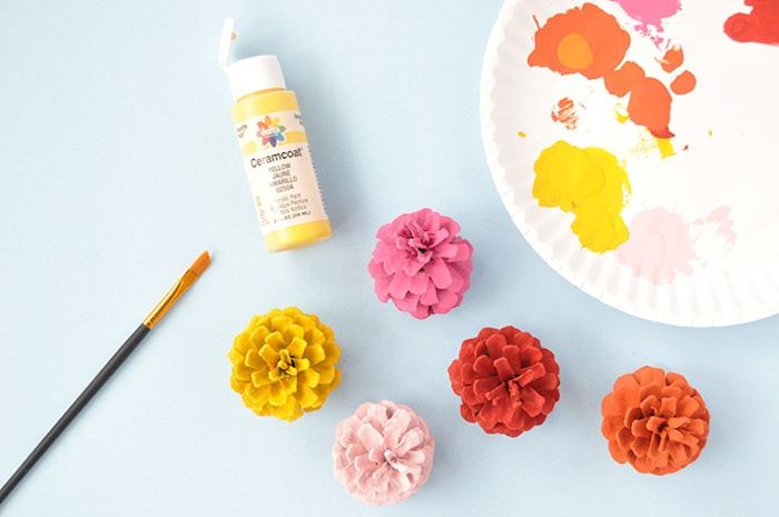 Zapfen mit Acrylfarben bunt bemalen, Herbstdeko selber machen, schnelles DIY Projekt