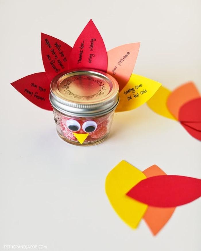 Herbstliche Bastelidee für Kinder, Pute basteln aus kleinem Einmachglas und Papier für Federn