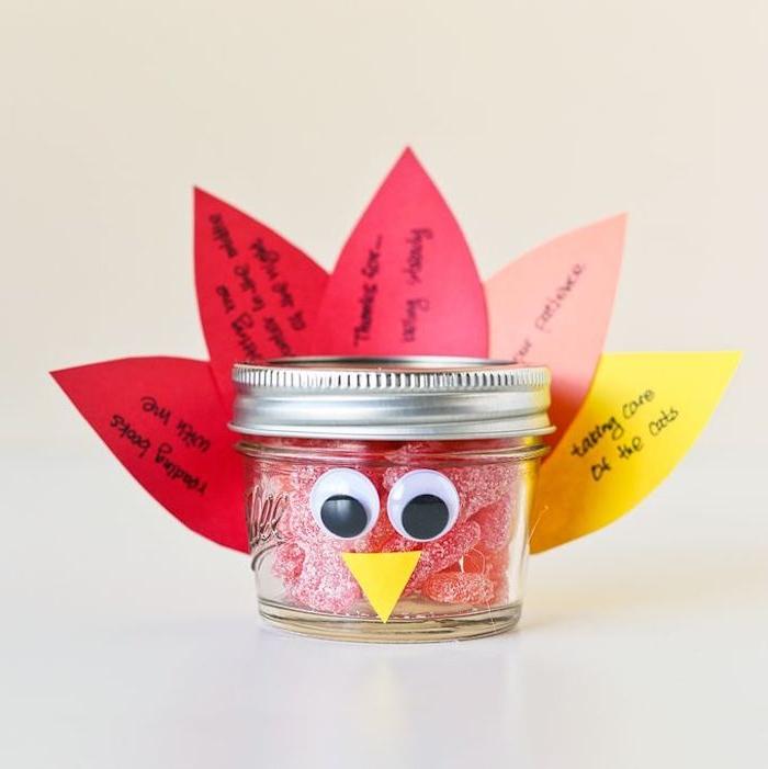 Pute basteln aus kleinem Einmachglas, Federn und Schnabel aus Papier schneiden, Wackelaugen kleben