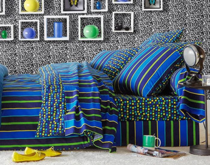 bettwäsche-in-blau-viele-dekoartikel-an-der-wand