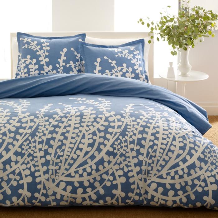 bettwäsche-in-blau-zwei-herrliche-dekokissen