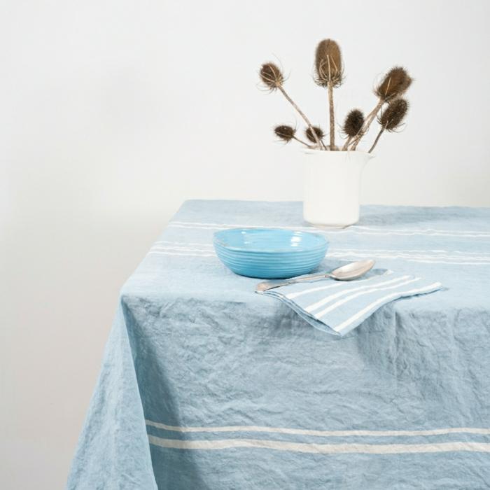 blaue-Leinen-Tischdecke-weiße-Streifen-italienisches-Design-Geschirr-vintage-Stil