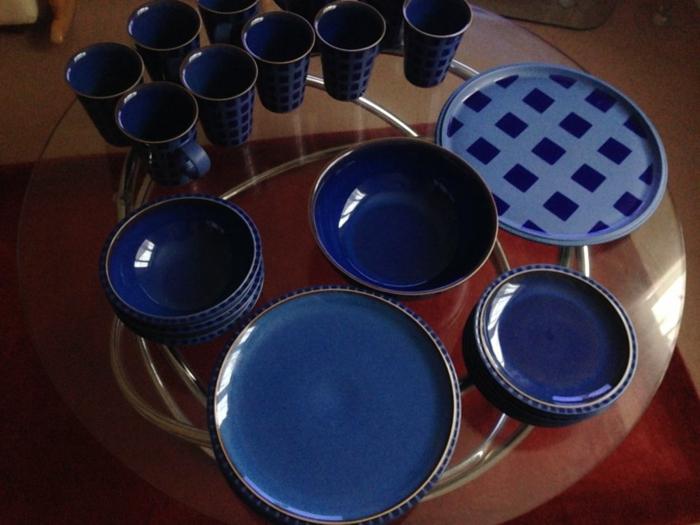 blaues-geschirr-dunkle-farbschemen