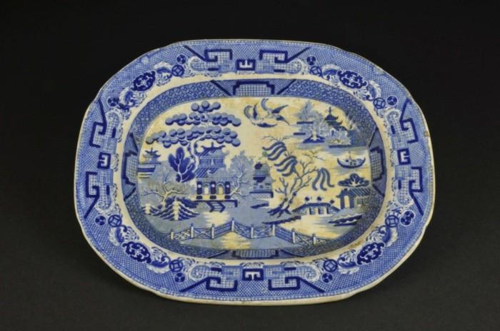 blaues-geschirr-interessante-ovale-form
