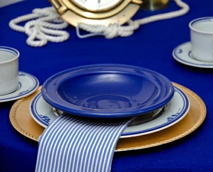 blaues-geschirr-interessanter-tisch