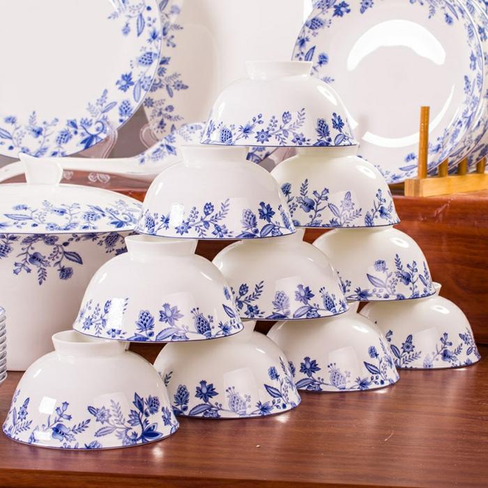 blaues-geschirr-viele-tassen