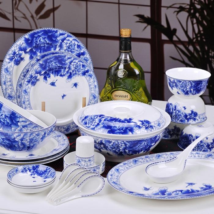 blaues-geschirr-wunderschöne-interessante-gestaltung