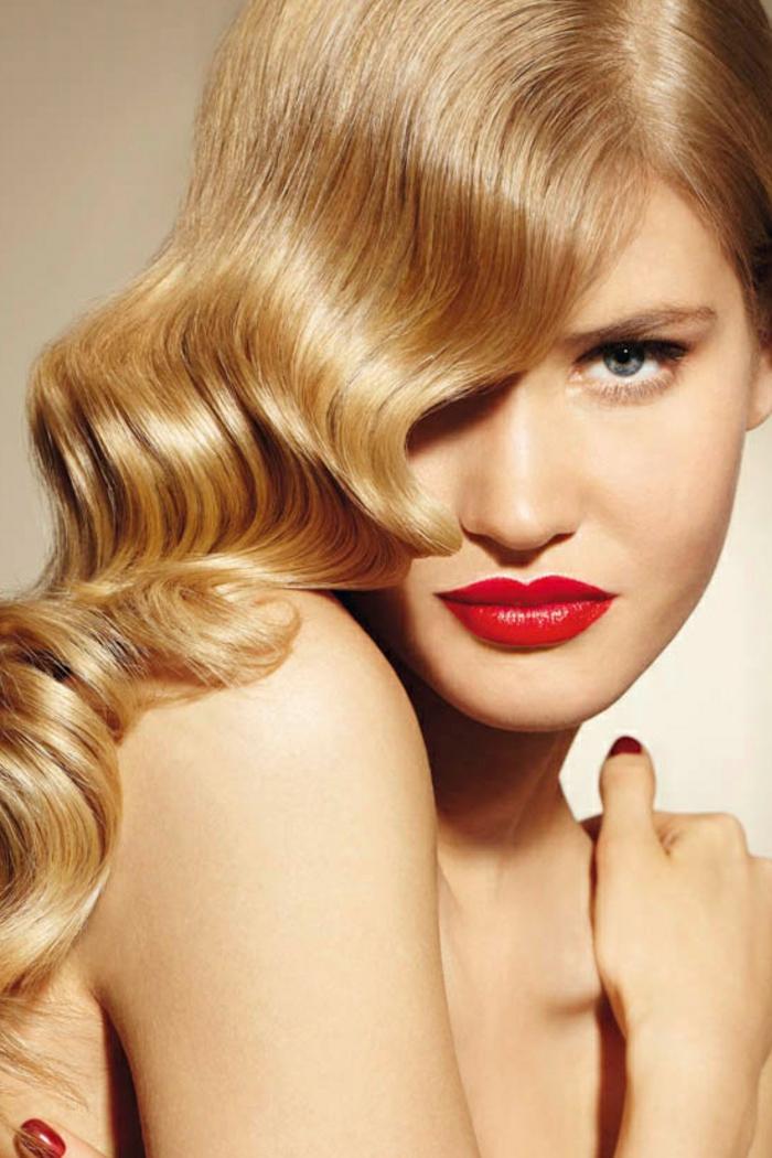 blonde-haare-schöne-rote-lippen