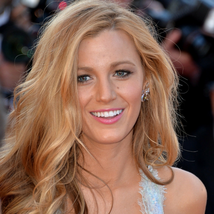 blonde-haare-sehr-attraktives-aussehen-lange-frisur