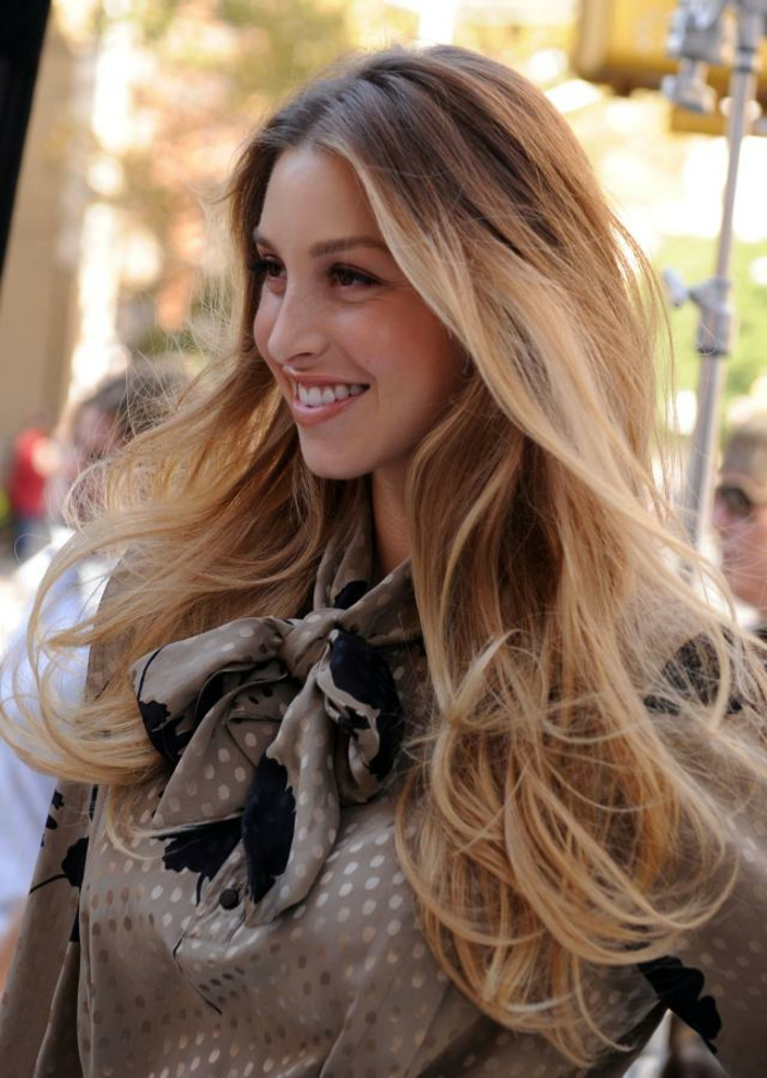 schöne dame mit langen blonden haaren