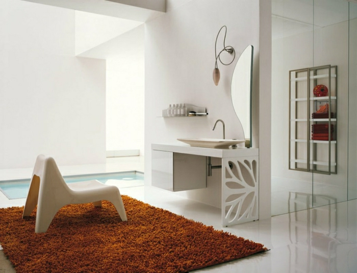 braun-Teppich-Badewanne-mit-Fliesen-weiß-und-ein-Spiegel