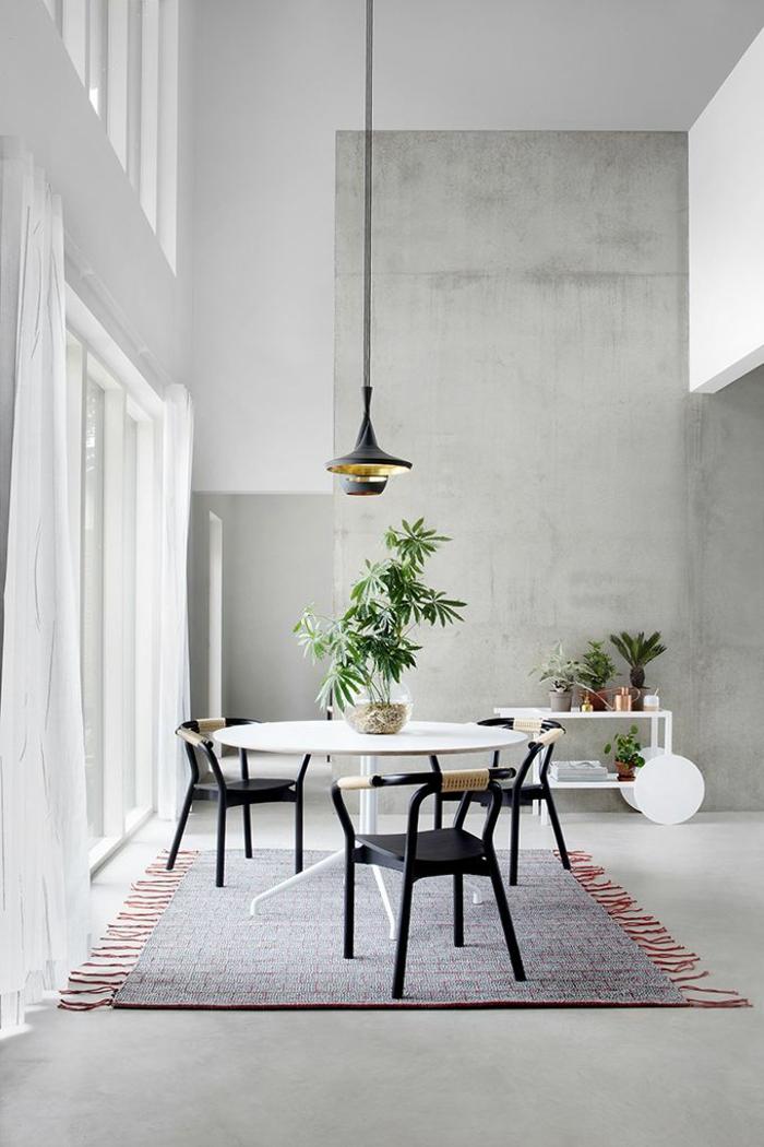 breiter-Raum-hohe-Zimmerdecke-runder-Tisch-weiß-Pflanzen