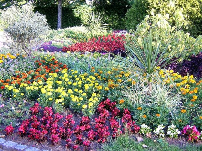 britische-Landschaft-Garten-Park-viele-Blumen-Pflanzen