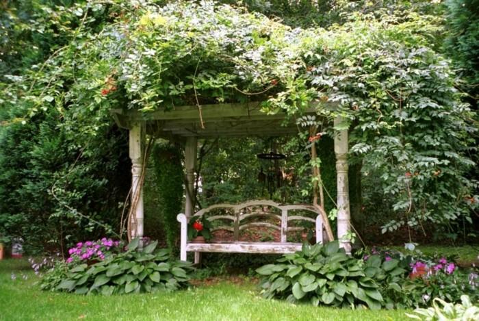 britischer-Garten-Bank-Dach-Büsche-Blumen-aristokratisch