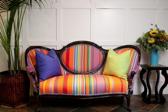 buntes-kleines-Sofa-glatte-Materie-Kissen-Vase-Landhausstil-Topfpflanze