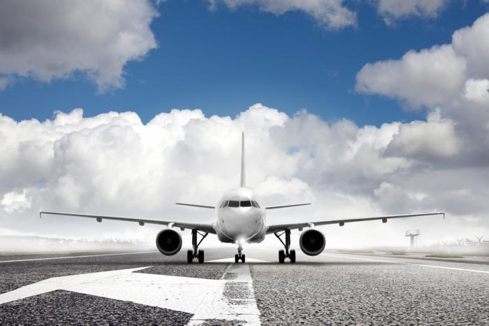 businessstandort-flughafen-ein-flugzeug-auf-dem-foto