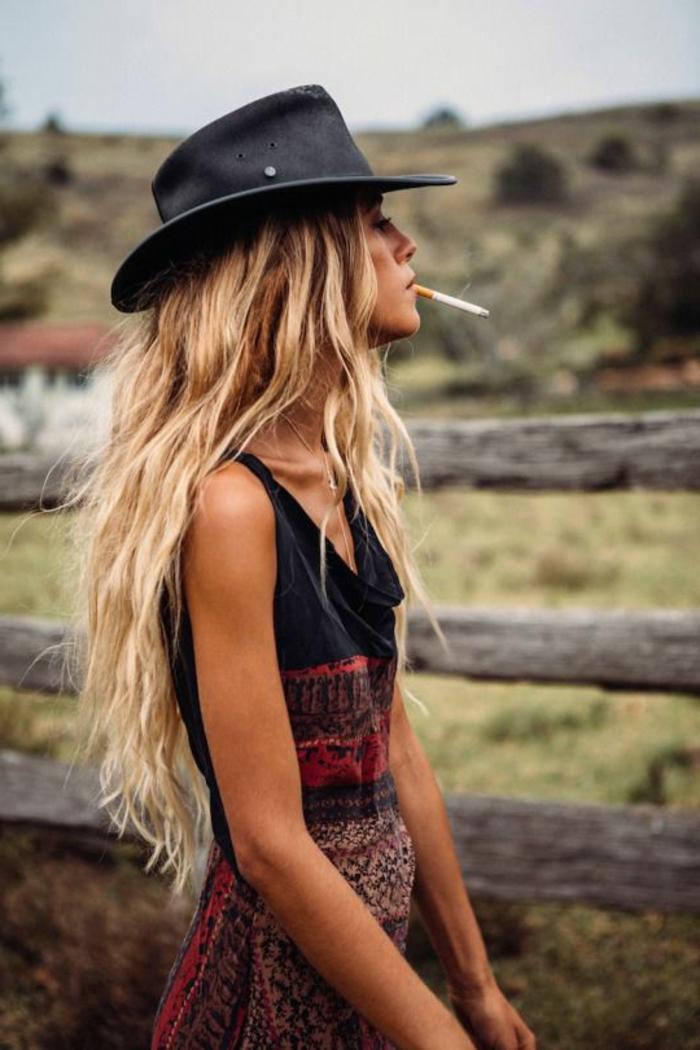 cooler-Outfit-schickes-boho-kleid-schwarzer-Hut