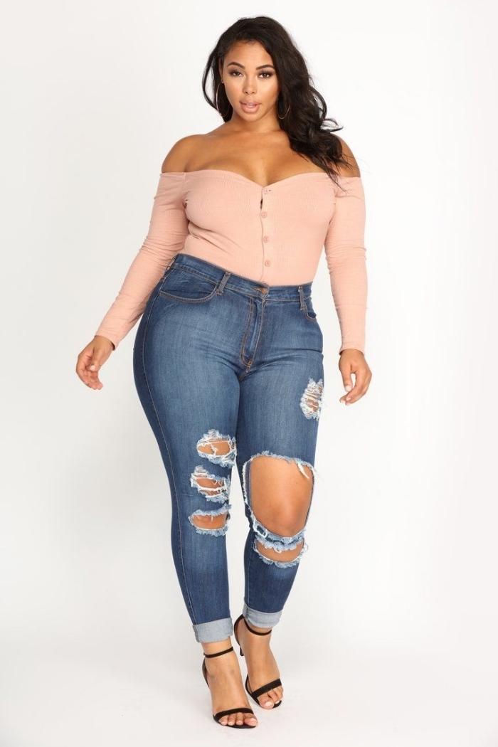 damenmode große größen, jeans in kombination mit hellrosa bluse mit knöpfen und langen ärmeln