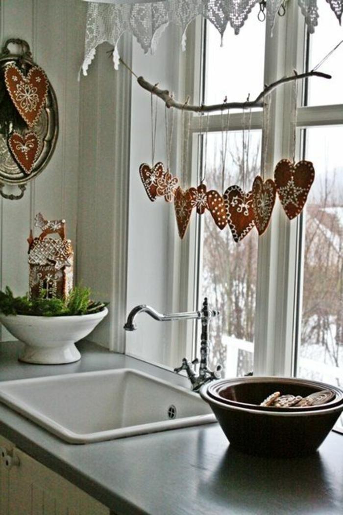 deko-herzen-große-fenster in einer küche