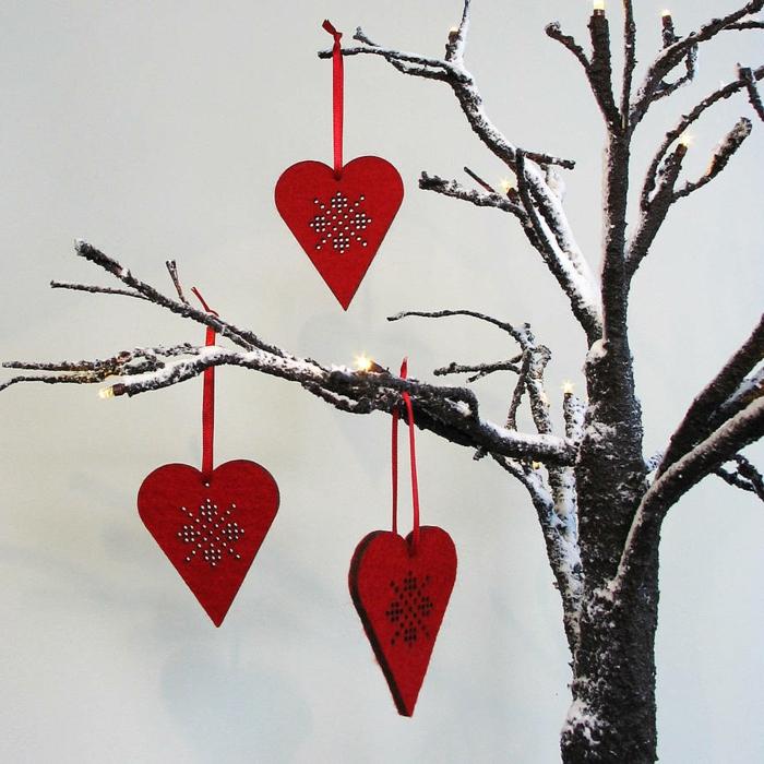 deko-herzen-hängen-von-einem-baum