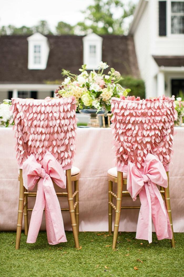 dekoideen-für-hochzeit-rosige-schöne-stühle