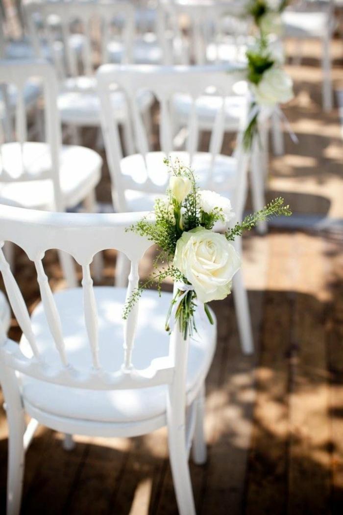 dekoideen-für-hochzeit-weiße-stühle