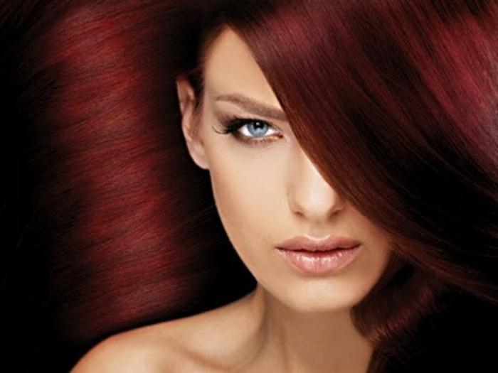 dunkelrote-haare-extravagantes-aussehen