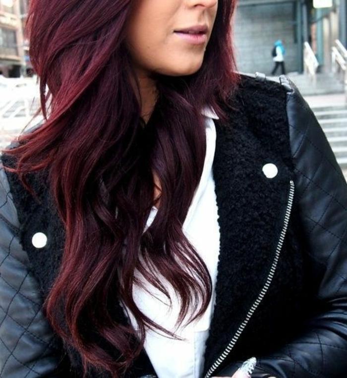 Dunkelrote Haare wirken besonders charmant!