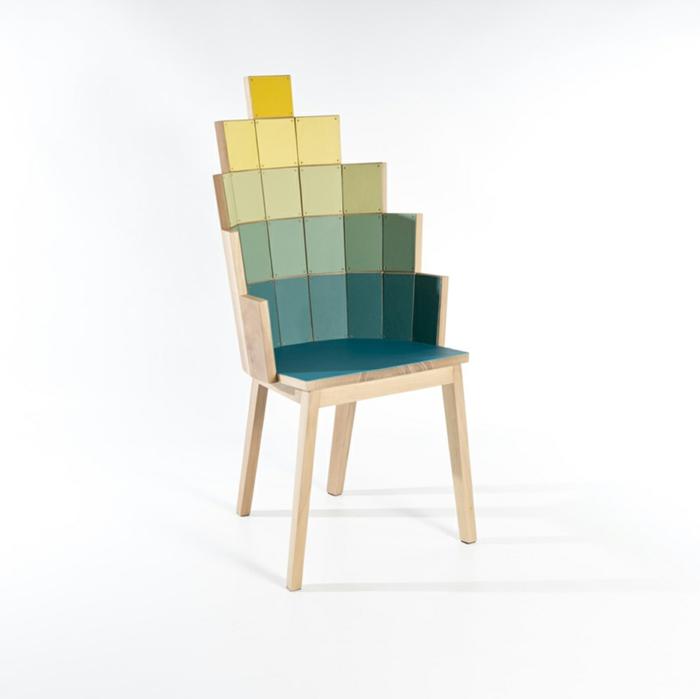 effektvolles-Möbelstück-Designer-Stuhl-verschiedene-Nuancen-Holz-modern