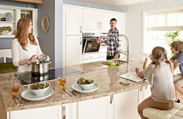 einbauküche-planen-kreatives-foto-von-der-ganzen-familie