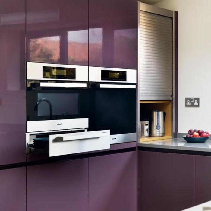 einbauküche-planen-lila-schränke-sehr-modern