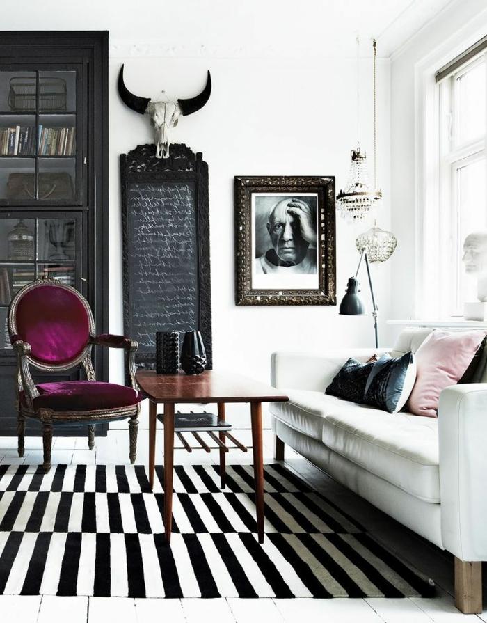 eklektisches-Interieur-Designer-Stuhl-Barock-Stil-lila-Farbe-Geweih-Dekoration