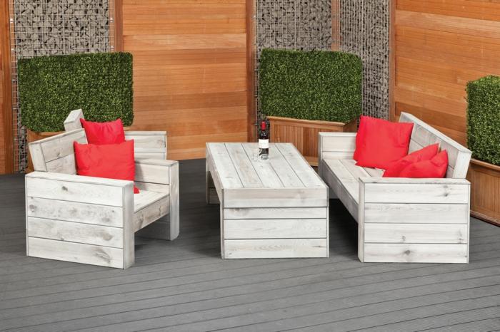 elegante-Garten-Gestaltung-weiße-Möbel-rustikal-Holz-rote-Kissen-Veranda