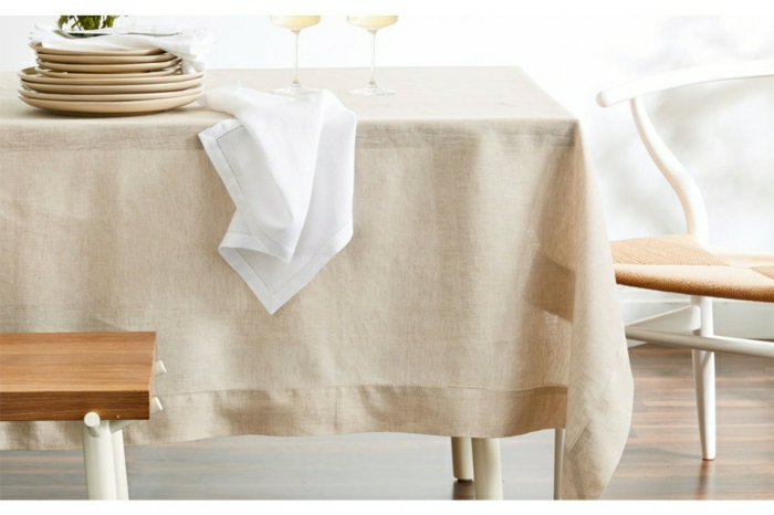 elegante-Gestaltung-beige-Tischdecke-stilvoll-fein