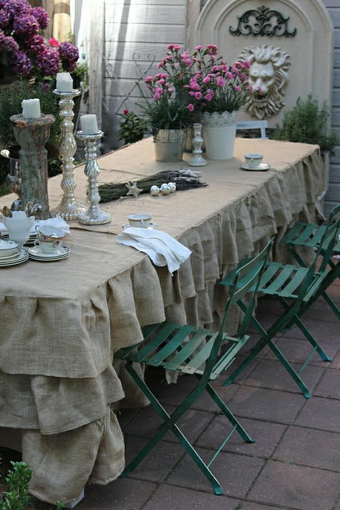 elegante-Tischdekoration-Tischdecke-Leinen-rohes-Material-grüne-Stühle-Kerzenhalter