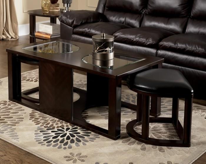 elegante-Wohnzimmer-Gestaltung-Leder-Sofa-Couchtisch-Holz-Glas-Hocker-interessantes-Design