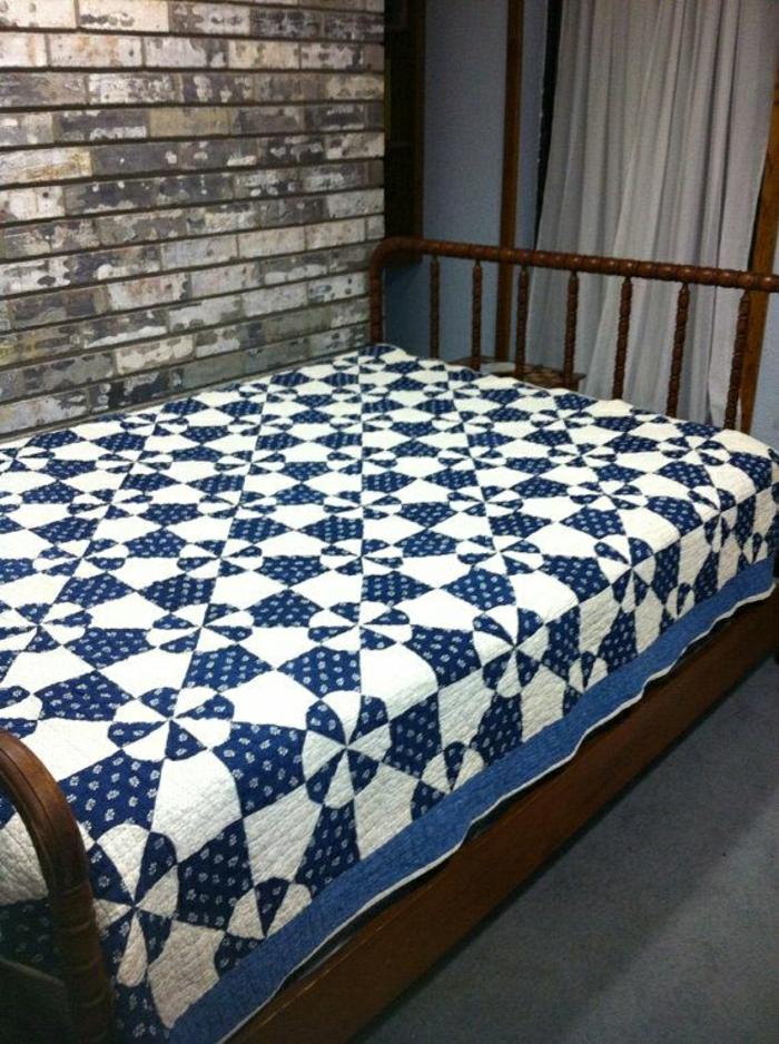 eleganter-handgemachter-Bettüberwurf-blau-weiß