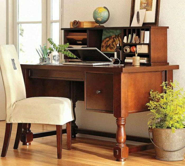 elegantes-Interieur-Arbeitszimmer-hölzerner-Schreibtisch-Schubladen-Regale-Globus-Zapfen-Zeichnung-Bild-Pflanze-stilvoller-Stuhl
