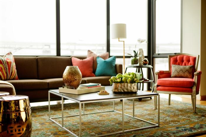 elegantes-Interieur-Couchtisch-mit-Hocker-golden-roter-Sessel-farbige-goldene-Elemente