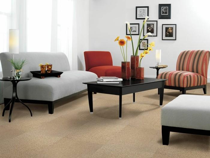 elegantes-Wohnzimmer-graues-kleines-Sofa-drei-bequeme-Sessel-Couchtisch-Vasen-Getränke