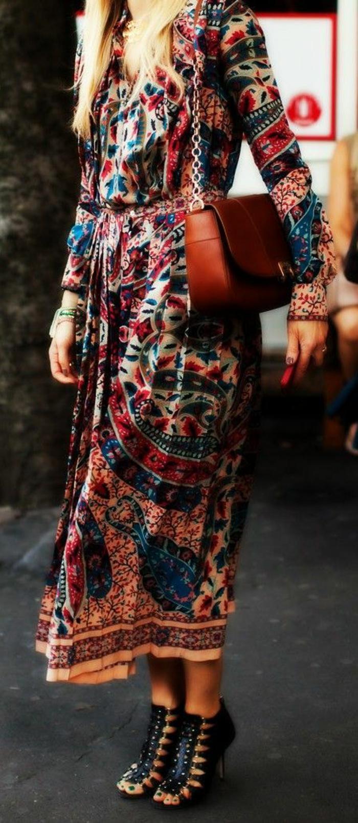 elegantes-langes-Kleid-bohemian-style-braune-Tasche-schickes-Modell-Sandalen