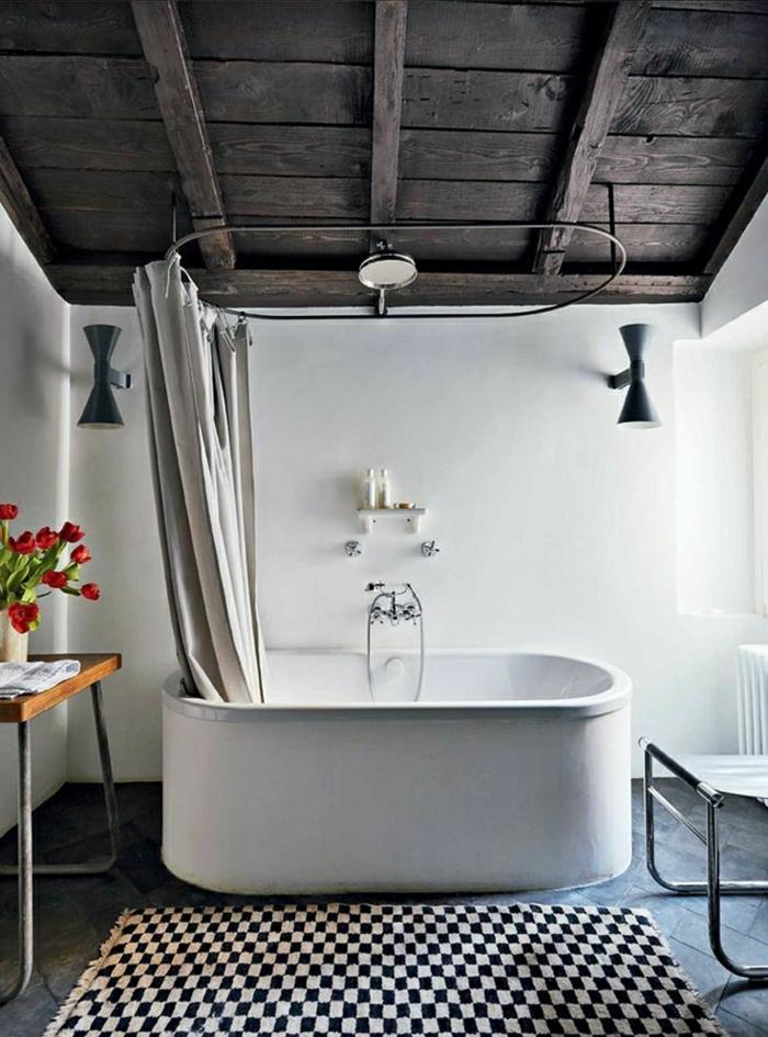 en-suite-Badezimmer-Wand-weiß-Tulpe-roten Ziegelflur-black-Badewanne-Balkendecke