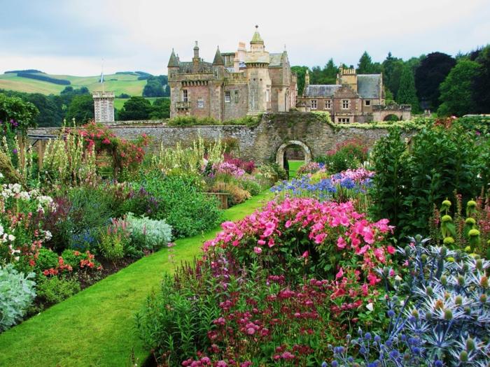 englischer-Garten-Schloss-Mauer-Stein-großartig-Blumen-grelle-Farben-Gras-Natur