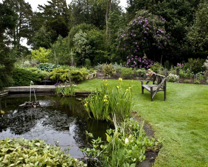 englischer-Hütte-Garten-Bank-See-Blumen-Büsche