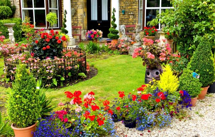 englischer-Landgarten-Blumentöpfe-Blüten-grelle-Farben-Zentrum-runde-Form-antike-Statuen
