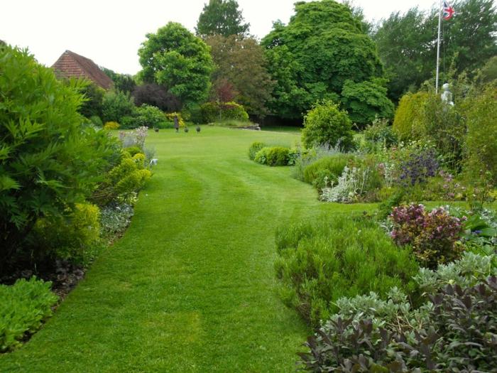 Garten-englisches-Design-räumlich-Büsche-Skulpturen-britische-Flagge